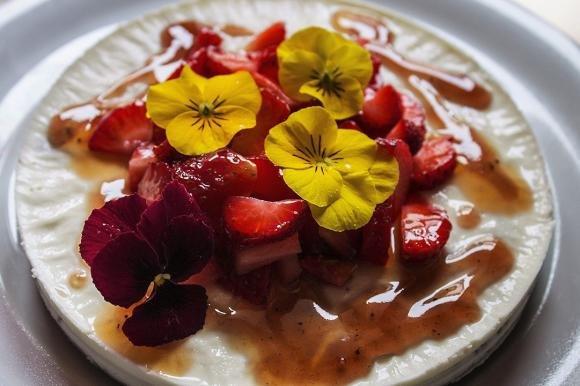 Cheesecake di panna al limoncello, coulis di fragole e frutta fresca