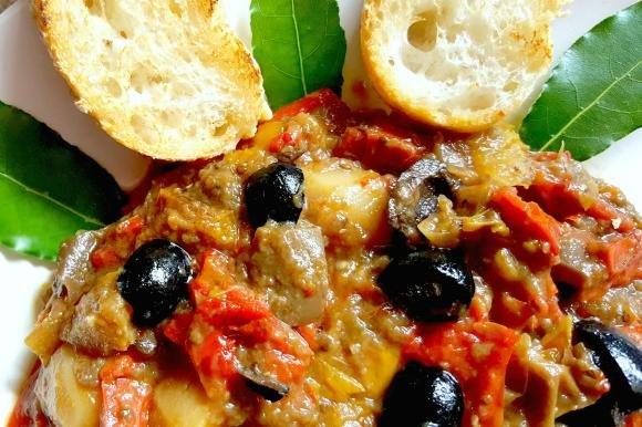 Caponata con patate, olive e alloro