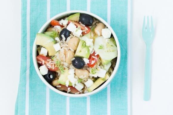 Insalata di riso con avocado, pomodori e olive nere