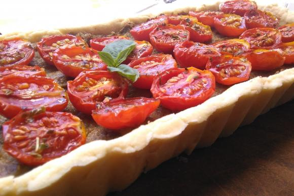 Crostata con crema di ricotta e pomodorini confit