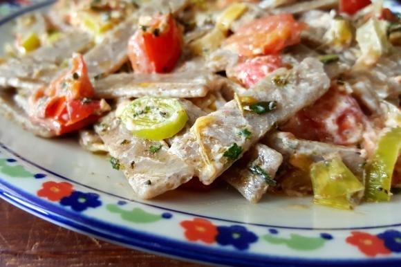 Pizzoccheri con porri, pomodorini ed erbe aromatiche