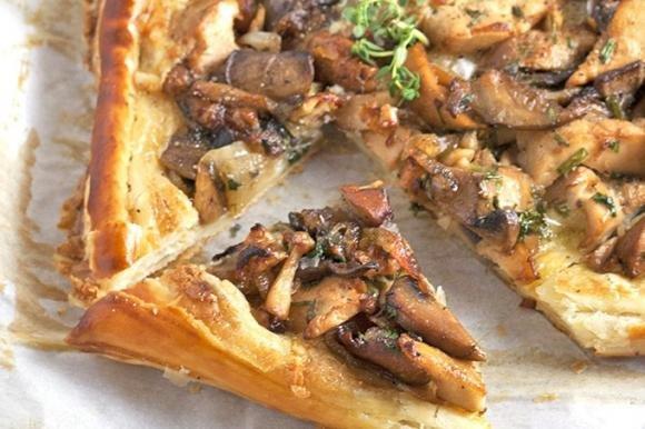 Torta salata funghi, wurstel e fontina