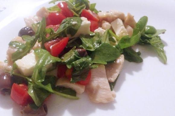 Pollo con rucola, pomodorini, olive e feta