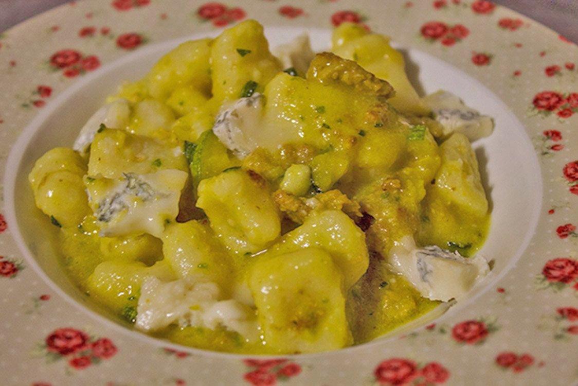 Gnocchi Di Ricotta Ricetta Originale.Gnocchi Di Ricotta Fresca Zafferano Zucchine E Gocce Di Gorgonzola Fidelity Cucina