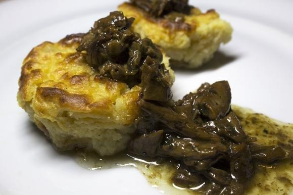 Muffin salati di patate e parmigiano in salsa di funghi porcini