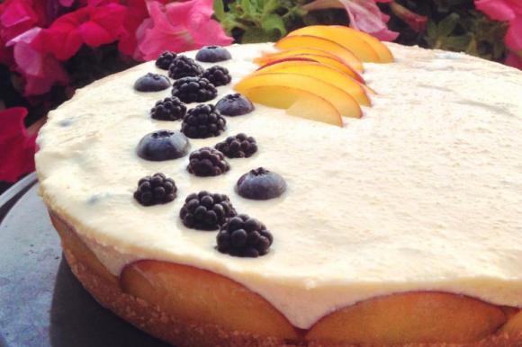 Cheesecake senza cottura con pesche, more e ricotta