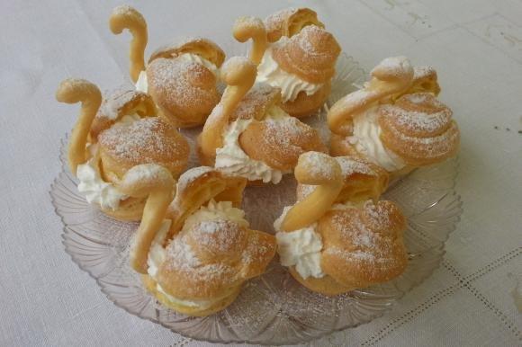 Cigni di pasta choux con panna montata