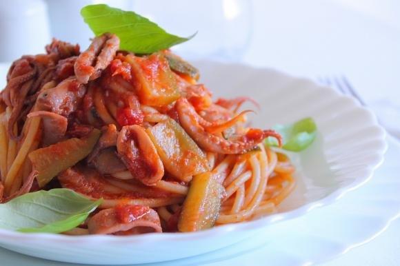 Spaghetti al pomodoro con totani e zucchine