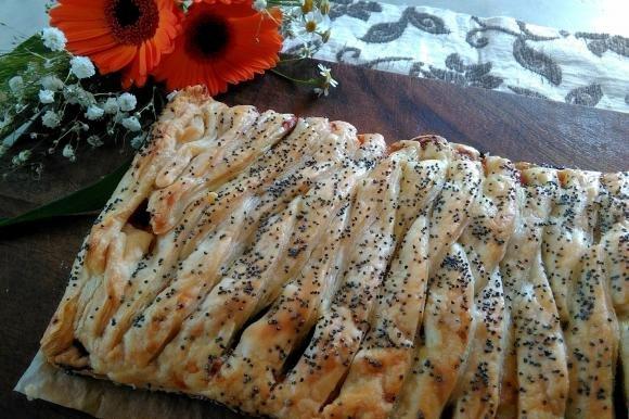 Strudel salato con peperoni e scamorza affumicata