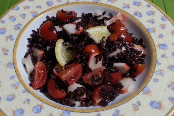 Insalata di riso venere con polpa di granchio, pomodorini e limone