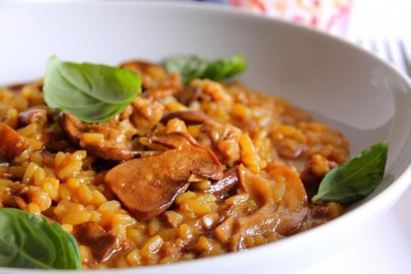 Risotto con funghi porcini, salsiccia e zafferano