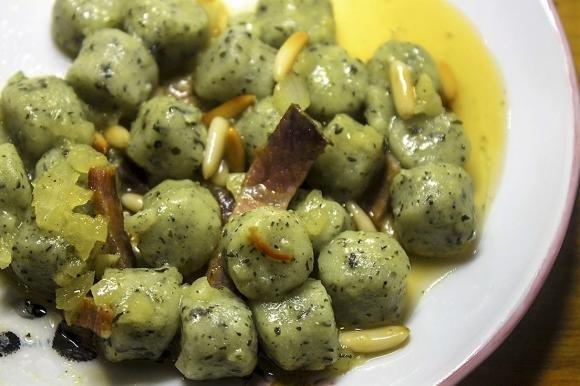 Gnocchi verdi con salsa all'acqua di zafferano, speck e pinoli