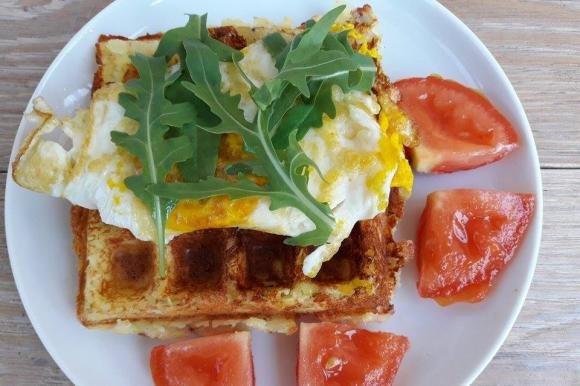 Waffle salati di patate con uova e rucola