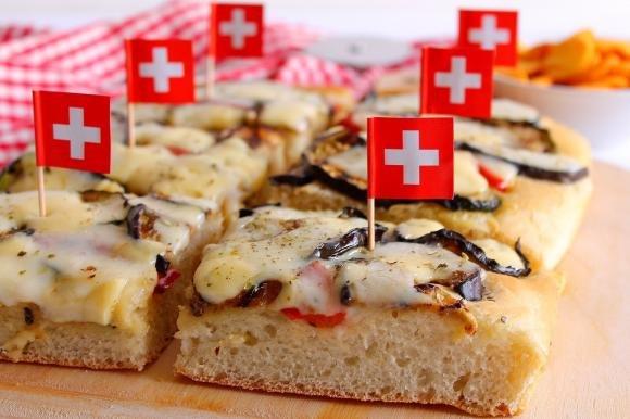 Pizza bianca con verdure grigliate, mozzarella e Emmenthal