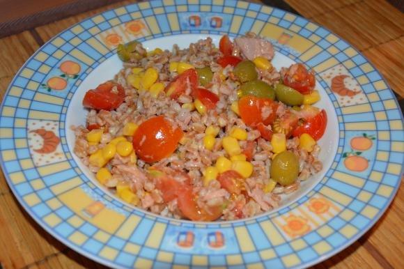 Insalata di farro con mais, pomodorini, tonno e olive