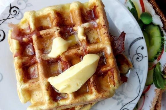 Waffle salati di prosciutto e formaggio