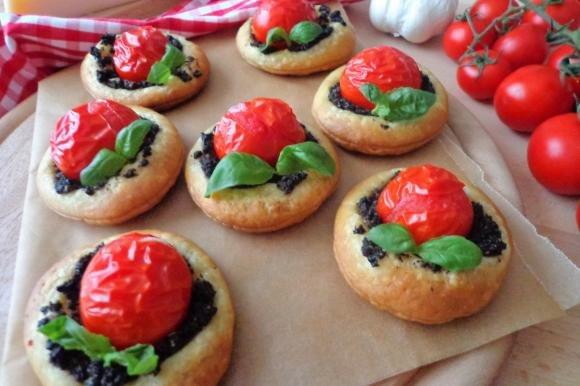 Pizzette di sfoglia con pomodorini e crema di olive nere