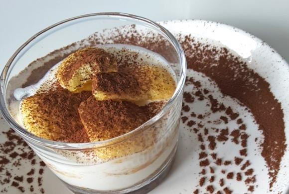 Coppette di ricotta e yogurt con amaretti, caffè e pavesini