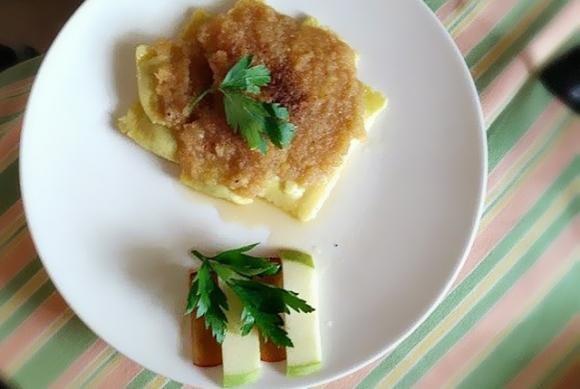 Ravioli ricotta e spinaci con salsa di prugne e mele