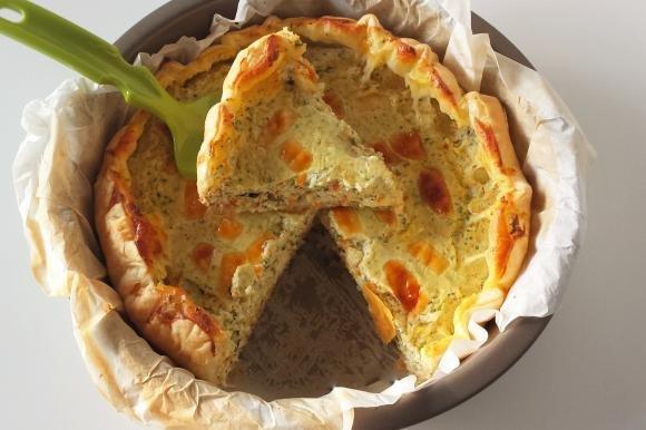 Torta salata con ricotta, zucchine, carote e formaggi