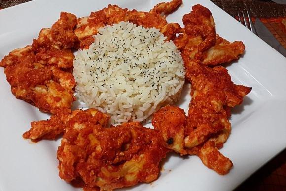 Straccetti di pollo piccanti con riso bianco e semi di papavero