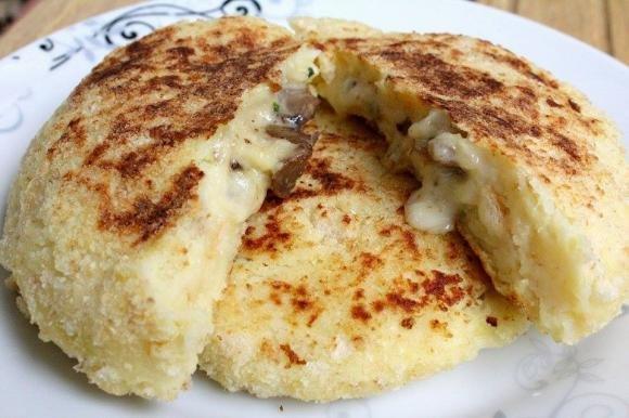 Focaccine di patate con funghi e formaggio