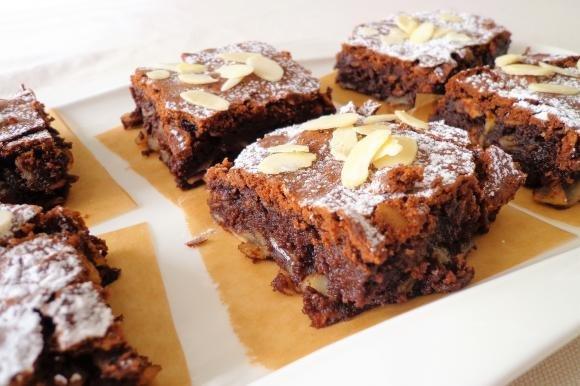 Torta morbida al cioccolato fondente, mandorle e uvetta