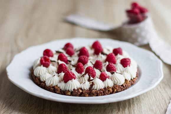 Torta con base croccante al cioccolato e crema al cocco