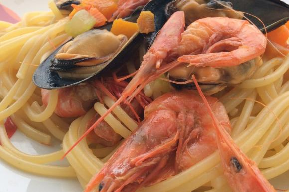 Spaghetti con zucca, gamberi e cozze