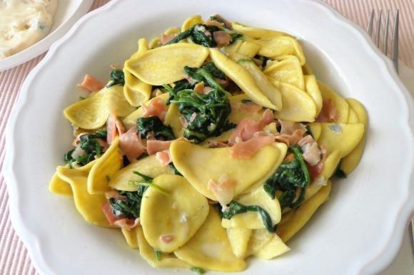 Pasta alla crema di gorgonzola, prosciutto crudo e spinaci