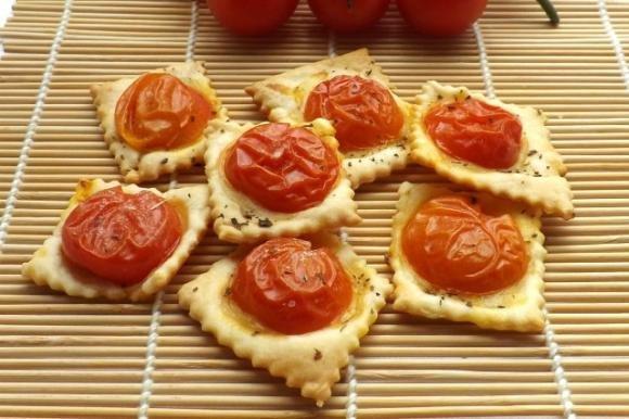 Crackers di brisée con pomodorini