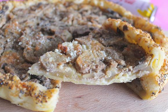 Torta salata con funghi champignon, salsa di noci e pecorino