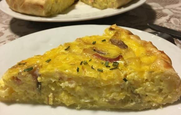 Torta salata con cipolle, speck e zafferano