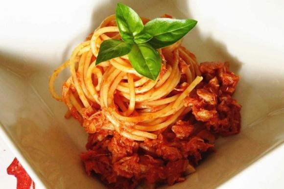 Spaghetti al sugo di tonno