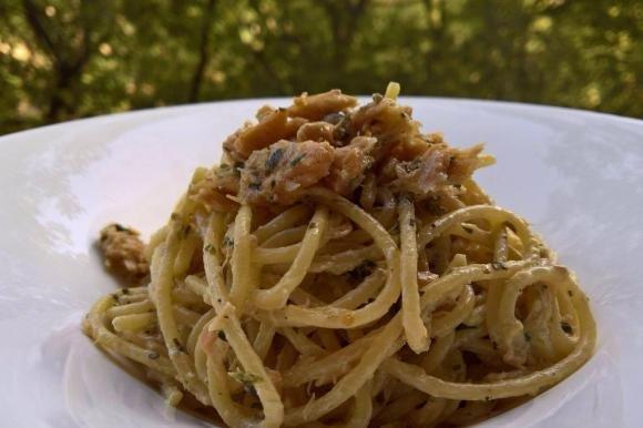 Spaghetti con crema al limone, salmone e prezzemolo