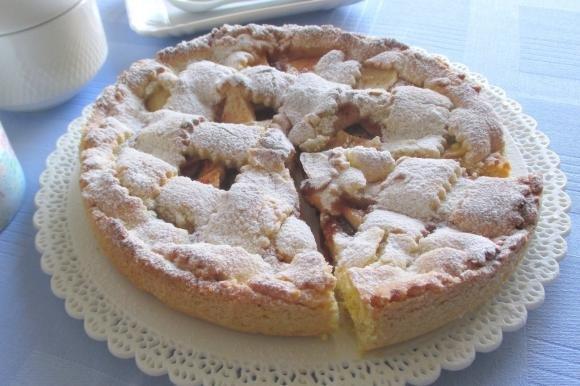 Crostata con marmellata di ciliegie, mele e cannella