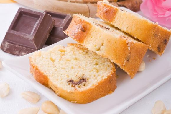 Ciambellone alle mandorle con gocce di cioccolato