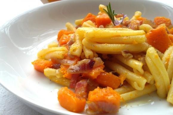Pasta con zucca, pancetta e cipolla