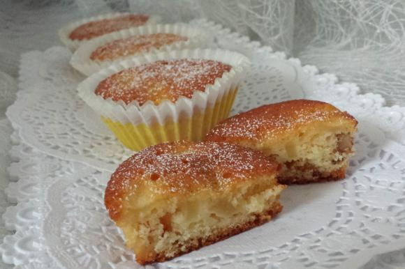 Muffin allo yogurt con mele, albicocche e frutta secca