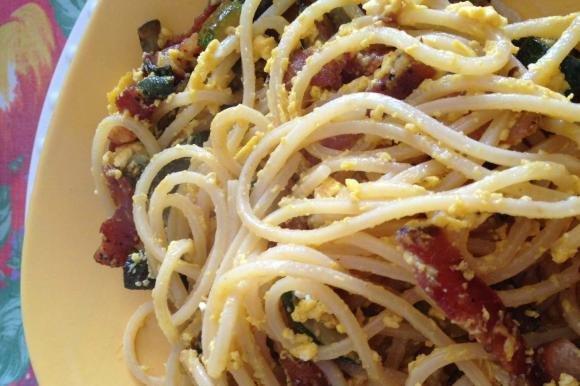 Spaghetti con speck croccante, uova saltate e zucchine