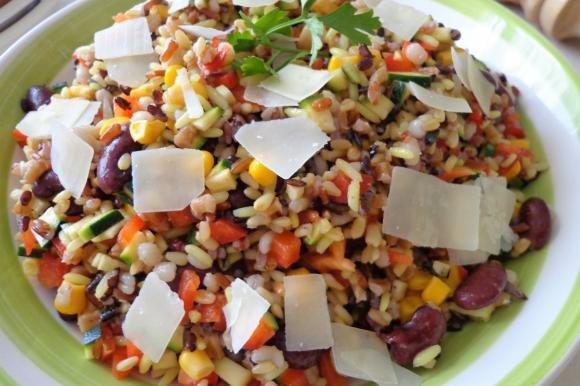 Insalata di cereali misti con verdure