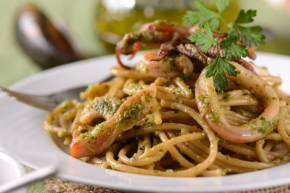 Spaghetti pesto e calamari