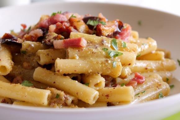 Sedani lisci con pesto di pistacchio, pancetta e melanzane fritte