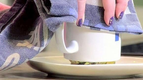 Mescola pochi e semplici ingredienti in una tazza. Quando la capovolge lo spettacolo è assicurato
