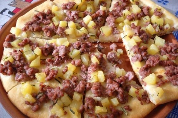 Focaccia bianca con salsiccia, patate ed erba cipollina