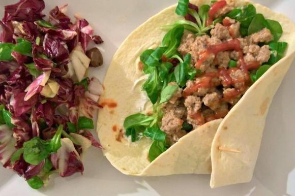 Tortillas con carne macinata, philadelphia, songino e ketchup