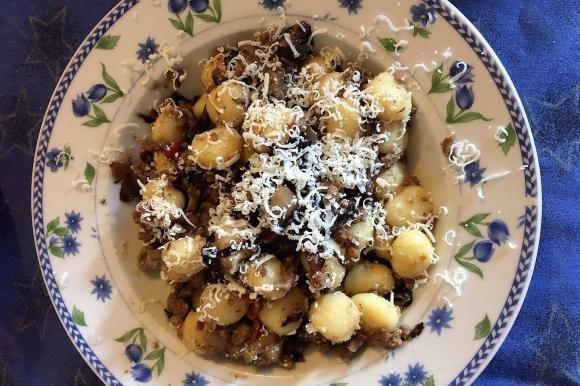 Gnocchi al ragù bianco, radicchio, pomodori secchi e cacioricotta