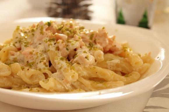 Torchietti con panna, salmone fresco e granella di pistacchi