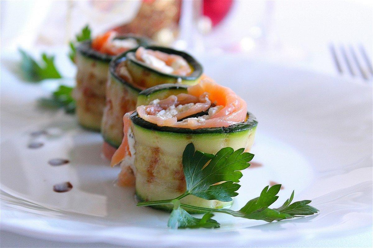Ricetta Salmone Zucchine E Philadelphia.Involtini Di Zucchine Con Salmone Affumicato E Philadelphia Alle Olive Fidelity Cucina