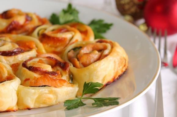 Torta di rose salata con salmone affumicato, zucchine e mozzarella